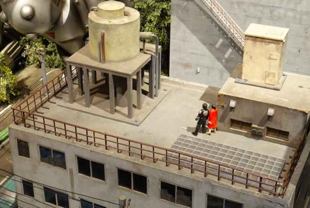 ビルの屋上にいる世紀末さん(?)