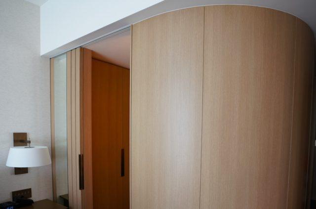 扉の開いたバスルーム