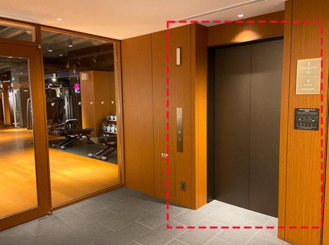 プールに通じるエレベーターのドア
