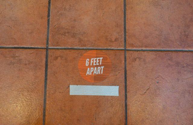 6フィート離れる立ち位置