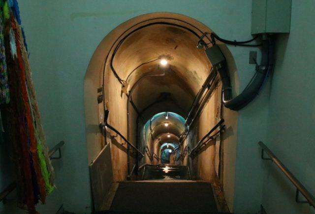 海軍司令部壕内部への階段