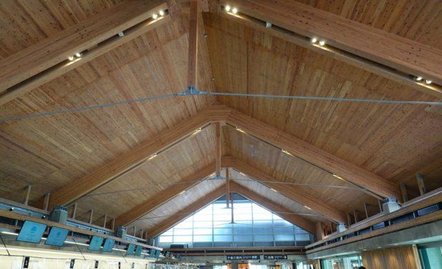 チェックインカウンターから見たターミナルの天井