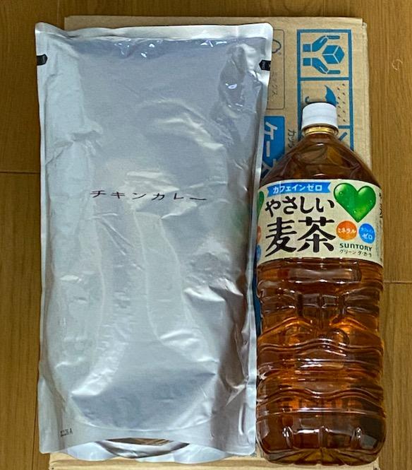 チキンカレーとペットボトルの大きさ比較