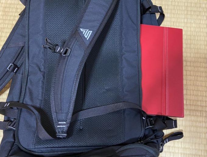 ノートPC用のポケットにiPadを入れてみた状態